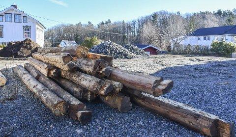 Ikke så mye igjen: Dette er noen av bjelkene som var igjen etter låven på Eidbo. I mars krevde Knut Aall (XL) at kommune-administrasjonen fulgte saken opp. Det har de nå gjort. Arkivfoto