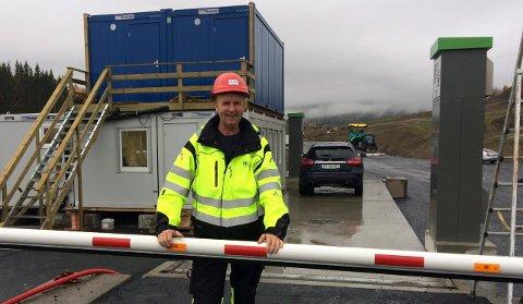 DEPONIET:Driftsleder Hans Arve Flaaterud ved porten til Noah Engadalen i Hakadal.