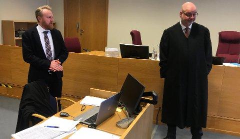STRENGT: Førstestatsadvokat Bård Thorsen (t..v.) er tilfreds med at de to tiltalte får strenge straffer. Forsvarer Øyvind Kilstad må konstatere at det bedrageritiltalte klienten hans ikke er blitt hørt. (Foto: Thor Fremmerlid)