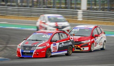 Honda: Daniel Størkersen kjørte Hondaen sammen med Will Bamber og Graeme Dowsett fra New Zealand. Foto: Privat