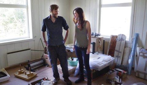 PÅ TUR INN I RAMBU: Esther Breslin og Marius Reed er i ferd med å etablere verksted i Rambu på Tynset. Mandag åpner de utstilling i Galleri Elgen i kulturhuset. Alle foto: Tonje Hovensjø Løkken