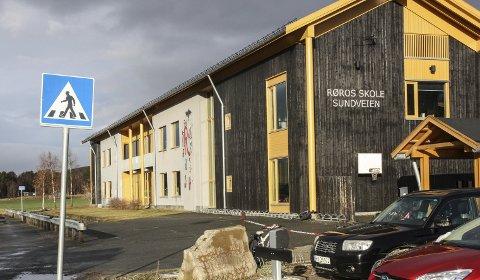 Røros skole: Kommunestyret har bestemt å opprette et samordningstilbud for barn med spesielle behov ved Røros skole og ved en av sentrumsbarnehagene. Norges Handikapforbund kaller vedtaket ulovlig. Foto: Tor Enget