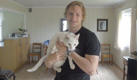 Bedre jeger enn vi vet: Masterstudent Magnus Barmoen kartlegger katters jaktvaner og betydning for bestand av fugler og mus. Hannkatten Pusen deltar i prosjektet.Foto: Åsmund Løvdal