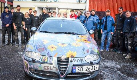 OVERLEVERT: Arne Johan Haugen og gutta i Proff Eiendomservice kunne fredag morgen hente bilen de vant på auksjon på Ås videregående skole.