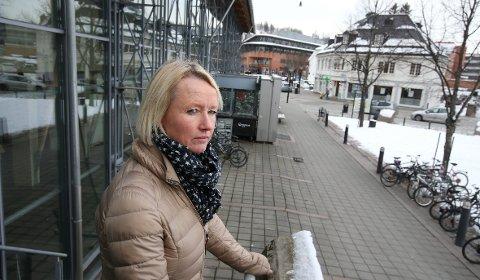 SLO TIL: Her på torget utenfor Asker stasjon ble en ung gutt angrepet av jevnaldrende ved 17.30-tiden forrige lørdag. – To har status som mistenkte etter voldsepisoden, opplyser ungdomsteamets Trine Svartås.