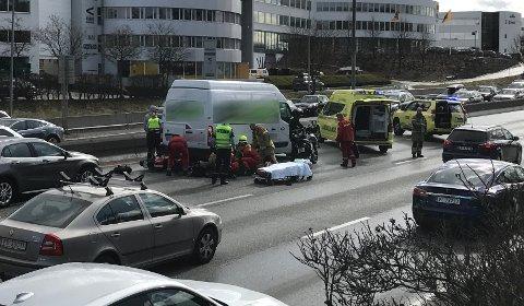 SKADET: En mc-fører ble skadet og kjørt til sykehus etter en ulykke på E18 ved Lysakerlokket fredag ettermiddag.