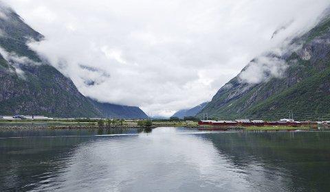 Truende skyer: Lavt skydekke har preget været på Sunndalsøra de siste dagene. I Innerdalen har skyene også inneholdt store mengder vann ...Foto: Lars Steinar Ansnes