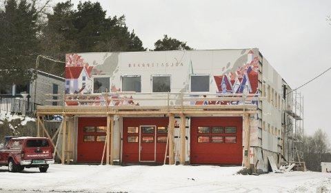 SNART FERDIG: Kunstverket til Marthe Strand Mourier er snart helt på plass på brannstasjonens front, og 1. februar skal prosjektet være ferdigstilt.Foto: HPB