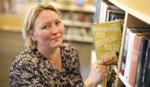 Linda Skomakerstuen med sin debutantbok «Uten vesentlige feil eller mangler». Nå er hun aktuell med sin andre bok, «Uten innkommende ordre», og har allerede begynt med arbeidet på sin tredje bok. Foto: Arkiv