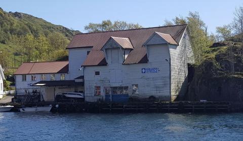 SKAL RIVES: Det gamle fiskemottaket som utbyggerne ønsker å erstatte med nye bygg.