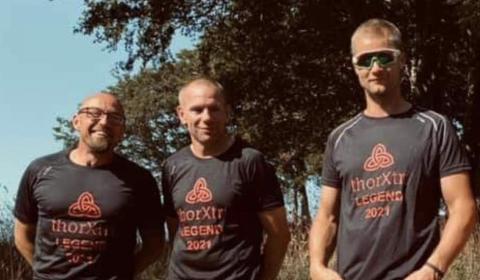LOKALE DELTAGERE: Arno Audenaert, Alf Johnny Aaen Egenes og Sverre Egaas fra Knaben og Fjotland Triathlonklubb deltok i helgen på Thorxtri, et såkalt ekstremtriathlon.