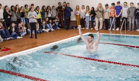 HOPPA I DET: Rektor Hogne Brunborg var førstemann til å ta i bruk det nyrenoverte bassenget.