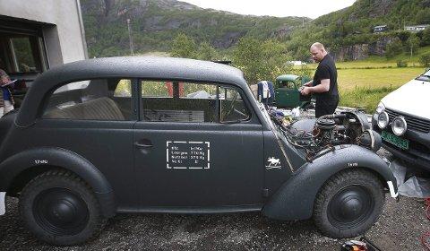Opel Olympia: Den gamle stabsvognen fra 1936 har fått ny motor, men er foreløpig  uten forseter.  – De skal inn etterhvert, sier Bjørn Are Ilstad, som har spesialbestilt hjul tiil bilen fra Tsjekkia. Alle foto: Tom Melby