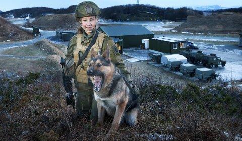 Gode venner: Kamilla Stoltz er blitt god venn med tjenestehunden sin. Nå er hun snart ferdig med førstegangstjenesten og gruer seg til å dimittere. – Jeg trives nesten bedre her enn hjemme, sier hun. Alle foto: Tom Melby