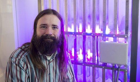 Piloten: Forsker Christian Bruckner ved Salten Ecos pilotreaktor, der mikroalgen Haematococus Pluvialis belyses med intenst lys for å stresse den til å produsere astaxanthin. Alle foto: Johan Votvik