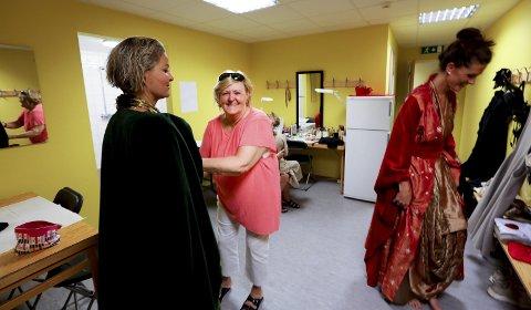 Ildsjel og idealist: Synnøve Ellingsen er kostymeleder for Querinioperaen. Det fleste av de over 400 kostymene er laget på Røst. Dette bildet er fra prøvene onsdag. Torsdag er det nypremiere på den spektakulære operaen.alle Foto: Tom Melby