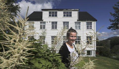 Drømmebolig: På 80-tallet bodde det 17 ungdommer og lærere i det som var kjent som Nybyggerskolen på Kjøpstad. I dag er det kun to, snart tre, som boltrer seg i huset på 450 kvadratmeter, blant dem Elin-Therese Ellingsen og barnet hun bærer i magen. Alle foto: Tom Melby