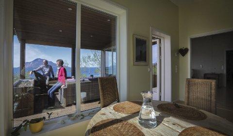 Vemodig: Øystein (68) og Petra Skaland (44) skulle gjerne tatt med seg både hus og utsikt sørover, sier de.