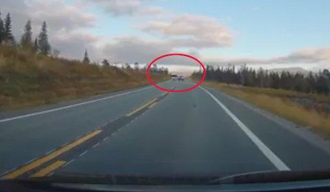Bilen han møtte holdt godt over 100 km/t. Selv måtte han bremse for å unngå frontkollisjon.