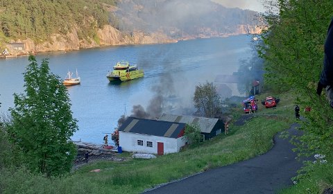 Brannbåten «Rygervakt» fra Sunnhordland dro for å bidra i slukkingen.