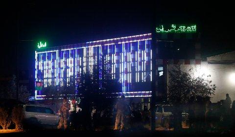 Politi står vakt utenfor bryllupshallen i Kabul som ble angrepet i helgen.