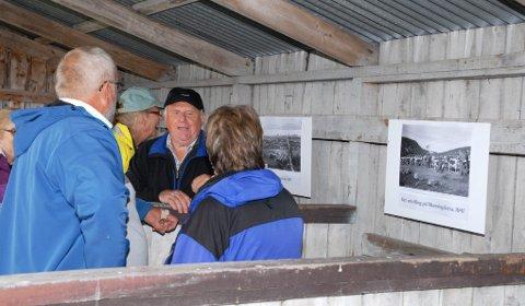 Elvenevandring på Munningsletta Folk ser på gamle bilder.