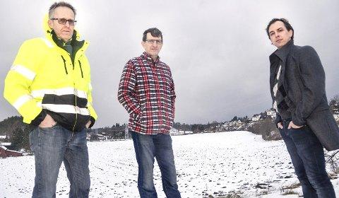 Loejordet: Leif Ove Sørby (f.v.), Anders Skarra og Kim Mogen Myhre er svært kritiske til nedbygging av matjorda på Loejordet, og håper kommunestyret vil stoppe salgsprosessen en gang for alle.