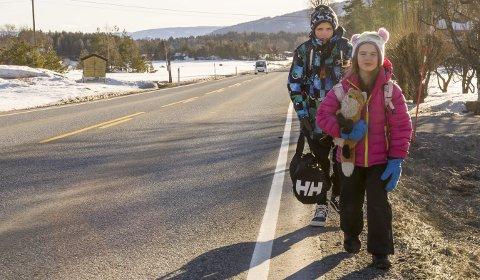 IKKE MORSOMT: Mats og Julie Olsen Bye synes ikke det er noe morsomt å gå langs Haugerudsletta på vei til skolebussen både morgen og ettermiddag.
