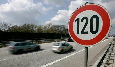Her passerer biler et skilt som viser fartsgrense 120 km/t. Nå vil flere teste dette i Norge - men blir advart.