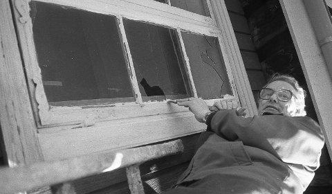 Sørget for tette vinduer: I 1977 sørget skotselvingen Hans Helgestad for at istykkerslåtte ruter på Duvelgården ble reparert. Dette var før gården ble flyttet til Øra. Flyttedugnaden startet sommeren 1993. Kranselaget ble holdt 10. januar 1994 – og etter stor dugnadsinnsats ble Düvelgården offisielt åpnet i 1997. FOTO: JAN RASMUSSEN