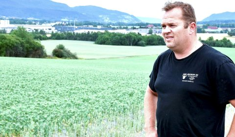 Engstelig: Odd Johan Stenshorne er engstelig for avlingen.