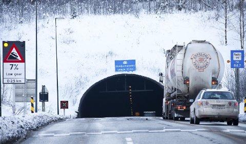 UHELL: En bilist som kjørte igjennom Oslofjordtunnelen i slutten av oktober i fjor, fikk ødelagt frontruta etter at noe falt ned fra tunneltaket.