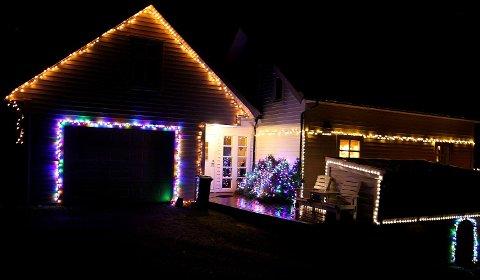 FLEIRE HUNDRE LYS: Kvar desember er det ein jordfeil som slår ut alt av lys,men det høyrer med.