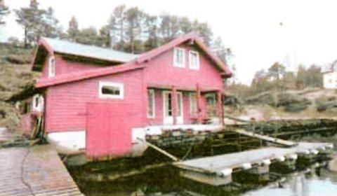 HYTTE: Bildet er av dårleg kvalitet, men ein ser tydeleg terrassedør og vindu som minner meir om ei hytte enn ei sjøbu.