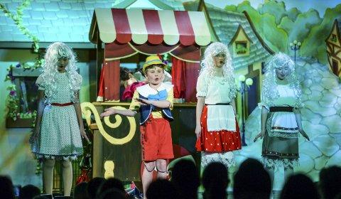 Fikk penger: Fredrikstadungane, her fra fjorårets «Min Sønn Pinocchio»-forstilling, har fått 30.000 kroner av Stiftelsen Fredriksstad Blad.Arkivfoto