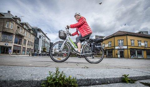 Elsker sykkellivet: Sidsel Bogelund (62) er elsykkel-entusiast og skryter uhemmet av sin elektriske sykkel. Hun har sust av gårde på denne i ett år nå og har tilbakelagt 168 mil så langt. De drøye åtte kilometerne hjemmefra og til sentrum er ingen sak. Begge foto: Geir A. Carlsson