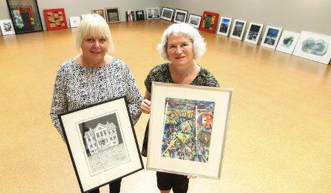 Mye skal opp: Inger Anne Kilde Storli (til venstre) og Siri Kolle skal henge opp mange utlånsbilder i Overlyssalen.Foto: Thomas Hörman Arntsen