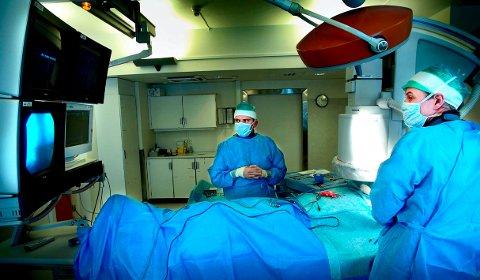 TETT PÅ: Overlege Morten Ljosland (til høyre) har mange hjertepasienter i Østfold mellom sine hender. Her under innsetting av en pacemaker mens sykehuset holdt til i Fredrikstad.