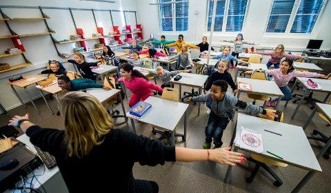 Linjegymnastikk: Når elever og ansatte ved Cicignon skole inviterer hele byen til 150-årsfest, må man gå tilbake i historien for å dra frem minner fra fordums dager. Her øver 6. trinn på god, gammeldags linjegymnastikk.