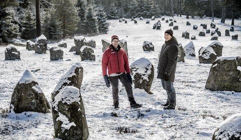 TURGLADE: John Klavestad og sønnen Lars Ole mener Skjærviken er et mekka for folk som liker å oppleve noe når de er på tur. – Skjærviken byr på historie, variert terreng, naturopplevelser og frisk luft, sier de to. Her er de ved Hunnfeltet som trigger fantasien til både store og små. Foto: Geir A. Carlsson