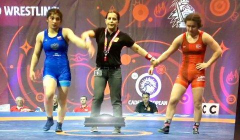 MÅTTE GI TAPT: Othelie Høie (i rødt) var naturlig nok skuffet etter tapet mot russiske Amina Tandelova. Torsdag bryter hun bronsefinale.