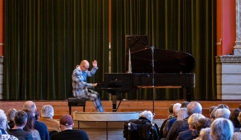 Fra aulaen til veien: Aksel Kolstad skal spille flygel denne uken, men trillende i og ved  Gamlebyen. Bildet er fra Lionskonserten 24. mars.
