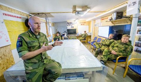HEIMEVERNET: Liaisonoffiser Morten Marius Apenes (t.v) forklarer hvorfor du kan møte på uniformkledde sivile 4. desember. Her fotografert ved en øvelse i Fredrikstad HV i fjor.