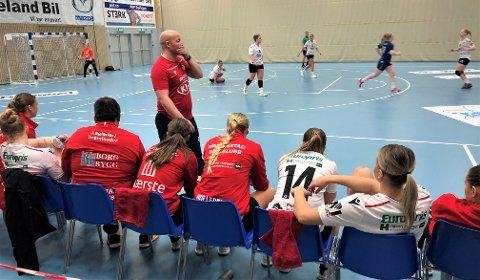 KLØR SEG I SKJEGGET: FBK-trener Eirik Haugdal medgir at laget er inne i en tung periode nå. Søndag kom nok et tungt tap mot et lag FBK burde hamlet opp med.