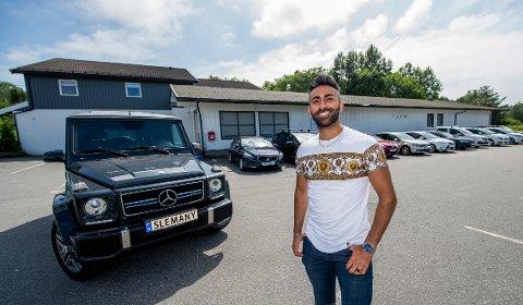 Zirwan Nesredin selger bil fra de gamle Kiwi-lokalene på Møklegård. Omsetningen var i 2020 på full fart mot åttemillionerstreken.
