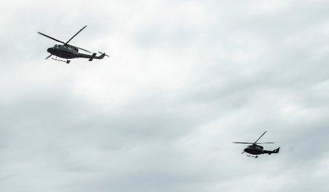 FLYMASKIN: Luftforsvarets Bell 412 helikoptre erkonstruert for å kunne fly lavt. På fredag fly de over Fredrikstad sentrum.