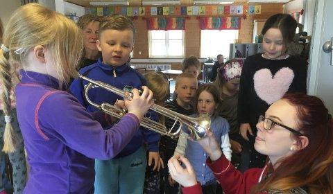 Stor interesse: Det var stor interesse blant elevene i Håkvik da de fikk sjansen til å prøvespille en trompet. Her kan det være mange kommende musikanter.foto: privat