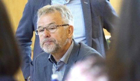 Ordfører Per Kristian Arntzen er lite fornøyd med det som i utgangspunktet framsto som en kurant sak - å be om anbud på brøyting av kommunale veier. Nå er vinteren over - men fortsatt ingen kontrakter.