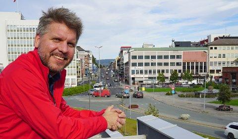 Marius Jøsevold, her under et besøk i et sommerlig Narvik, mener regionen fortjener et betydelig bedre flytilbud enn det som ble innført fra mandag.