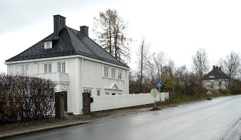 AVSTAND: Det er - på alle måter - stor avstand mellom herskapshusene i Narvik. Nå kan hullet mellom to av de de fredete representasjonsboligene i Framnesveien bli tettet.